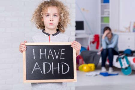 """Het schoolbord van de jongensholding met """"ik heb ADHD"""" tekst"""