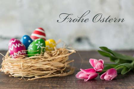 De kaart van Pasen met versierde eieren en roze tulpen Stockfoto