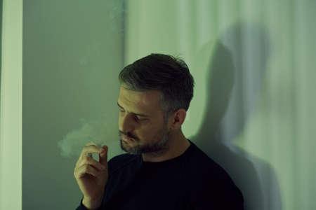 desolación: hombre maduro roto adictos a las drogas y cigarrillos