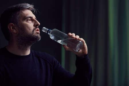 desolación: Hombre alcohólico rota y solitaria con la depresión