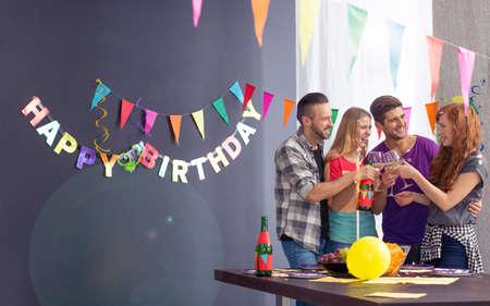 Mooi gelukkig meisje en haar vrienden op haar verjaardagsfeestje