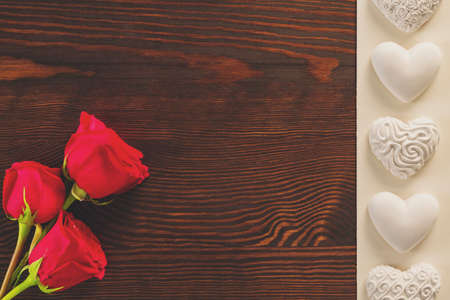 rosas rojas: Red roses and white gypsum hearts lying on table