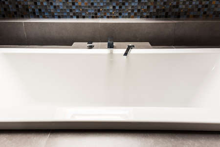 steely: White bath in modern bathroom with shiny tiles