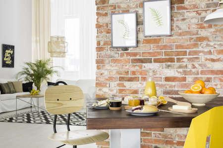 Eetkamer in industriële stijl met houten tafel en stoel