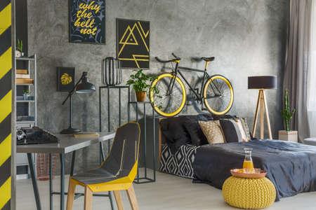 plana gris con dormitorio y oficina combinado Foto de archivo