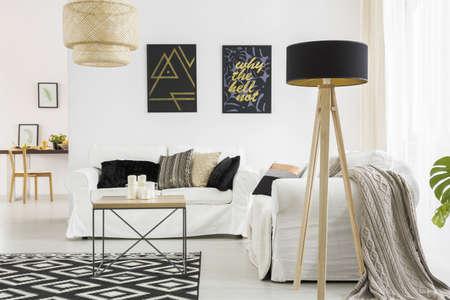 白いソファ、ブラック ランプ テーブルとトレンディなリビング ルーム 写真素材