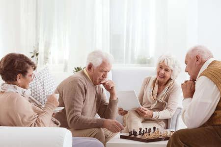 Gruppe ältere Freunde, die zusammen aktive Zeit verbringen Standard-Bild - 71490308