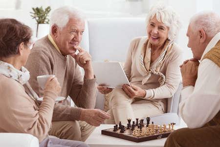 요양원에서 두 오래된 친구 사이의 체스 대회 스톡 콘텐츠