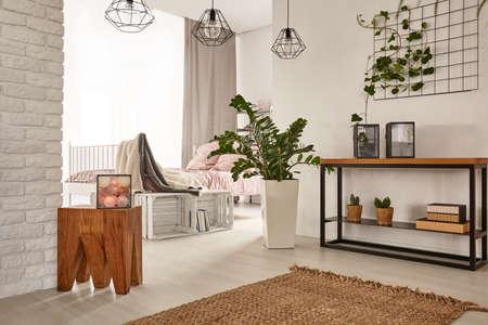 Ruim en modern ontworpen appartement met houten decors