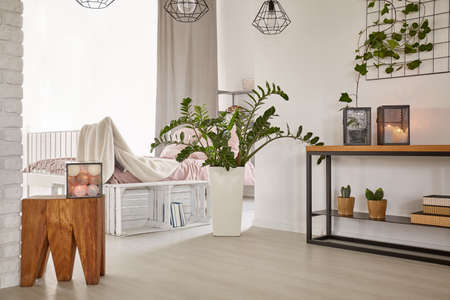 Kamer met minimalistisch design en houten decoraties Stockfoto