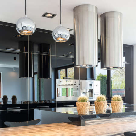 decoracion mesas: New design black open kitchen with stylish built-in cabinets