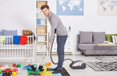 해피 처음으로 아빠가 아이의 방을 진공 청소기로 청소 스톡 콘텐츠