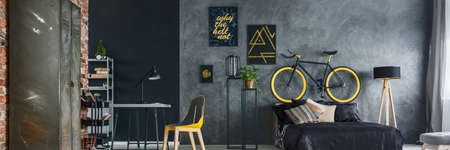 Modern interieur van een hipster grijze en gele slaapkamer
