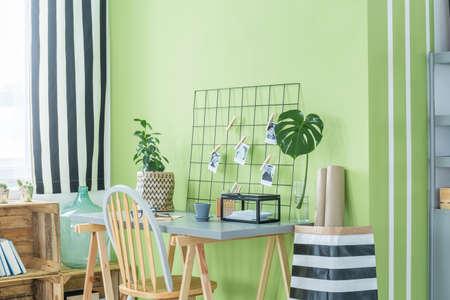 Bureau à domicile avec plantes vertes, bureau, chaise et accessoires en métal