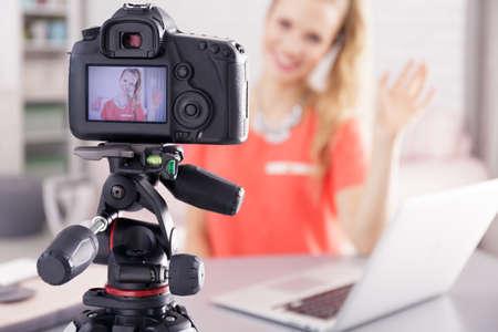 若いビデオブロガー女の子彼女の新しい毎日の栄誉を記録