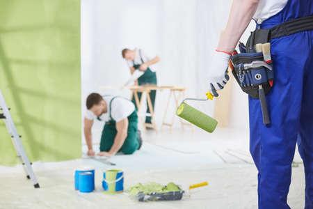 Professionelle Innenrenovierung Crew bei der Arbeit im Haus Standard-Bild