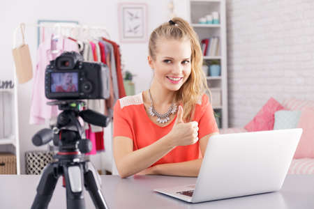 彼女の毎日のビデオブログをリードするオンライン美しい少女 写真素材