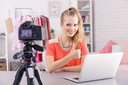 Jong mooi meisje leidt haar dagelijkse vlog online