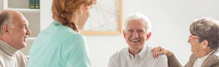 은퇴 홈 시간을 보내는 행복 노인의 그룹 함께