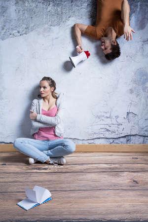 자극을받은 여자와 외치는 남자가 확성기로 스톡 콘텐츠