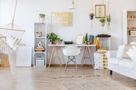 自由奔放に生きるスタイルの広々 としたホーム オフィスの創造的なデザイン