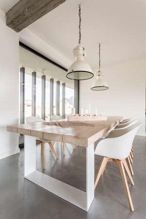 Gezellige eetkamer met stijlvolle tafel en stoelen