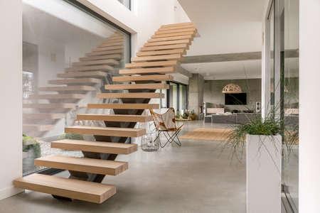 Escaleras minimalistas en el interior de una villa moderna