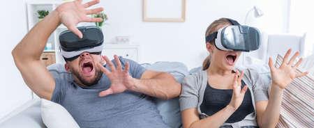 VR メガネ危険からバッファーしようとおびえたカップル 写真素材