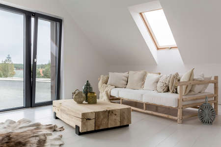 Geräumiges Interieur eines Hauses am Meer Standard-Bild - 73429328