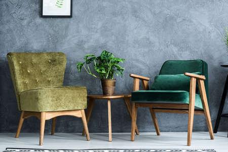 intérieur de la chambre avec deux fauteuils modernes