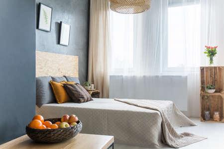 Grijze Slaapkamer Lamp : Industriële stijl slaapkamer met bakstenen muur open voor de