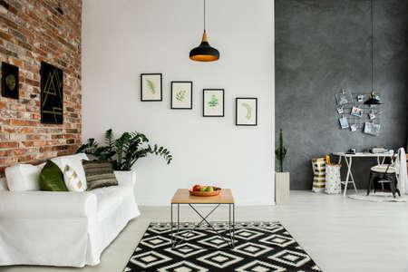 Interior loft con sala de estar y oficina en casa sencilla Foto de archivo - 74265004
