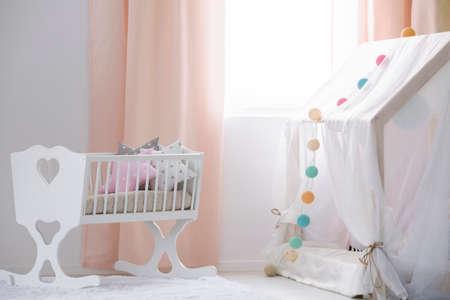 Cuna Blanca En La Habitación Moderna Acogedora Bebé Fotos, Retratos ...
