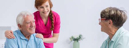 Jonge en mooie verpleegster met plat verzorgen van ouderen