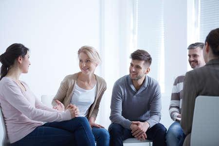 Mensen die in een kring spreken tijdens een AA-groepsbijeenkomst