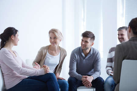 Personas que hablan en círculo durante una reunión de grupo de AA Foto de archivo - 78796450