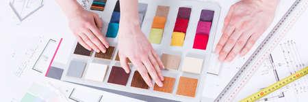 Close-up mãos, escolher, entre, colorido, material, amostras, para, renovação Foto de archivo - 74570472