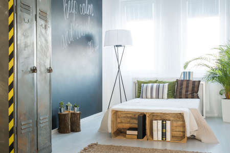 Acogedor dormitorio moderno con grandes ventanales y pared de pizarra