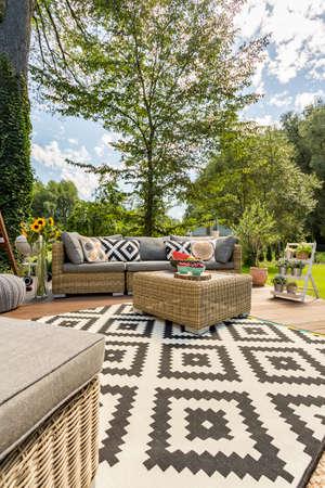 패턴 카펫과 등나무 가구 세트로 새 스타일 빌라 파티오