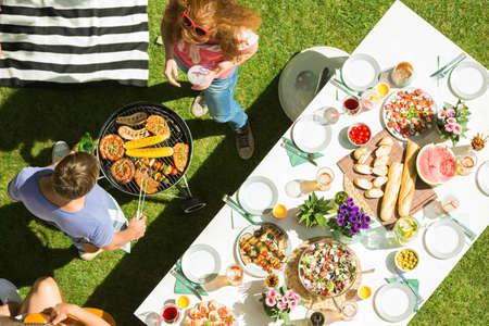 남자와 여자 파티 정원 음식을 굽고, 평면도