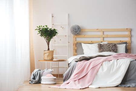 Slaapkamer Grijs Roze : Industriële stijl slaapkamer met koperen fittingen en bakstenen