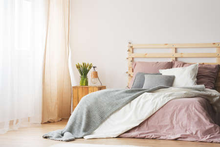 kingsize: King-size bed with pink and grey bedding in modern bedroom Stock Photo