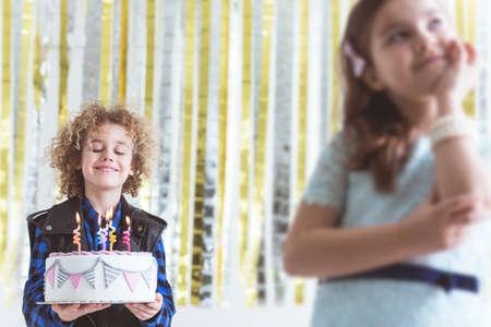 생일 케이크와 귀여운 소녀가있는 작은 소년