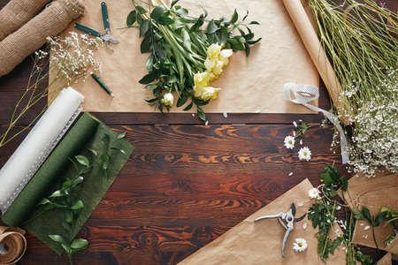 バラや diy アクセサリーとお花屋さんの木製のテーブル 写真素材