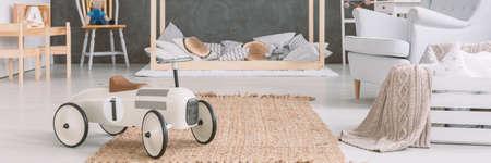 Stijlvol speelgoed vliegtuig in gezellige babyjongen slaapkamer