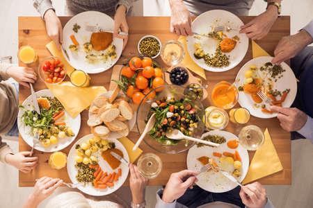테이블 옆에 건강한 식사를 먹는 가족의 상위 뷰 스톡 콘텐츠