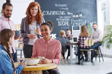 若者やコーヒー ブレークを有する創造的なビジネス チーム