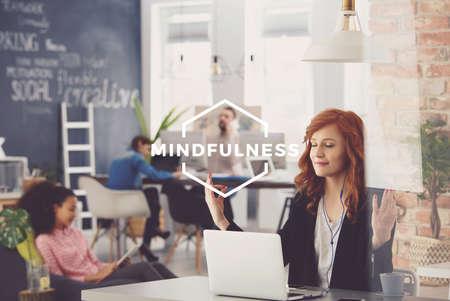 Jonge vrouw die in bureau, ontspannen tijdens het werk, mindfulness