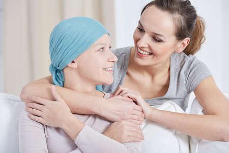 青いスカーフを探して、彼女の妹で笑顔を持つ若い女性 写真素材
