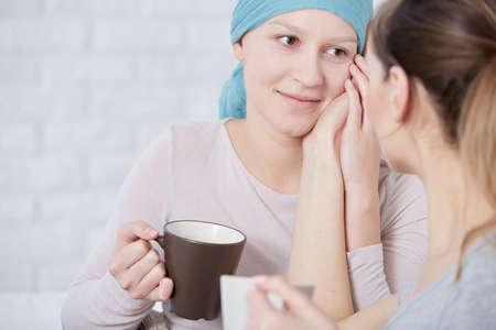 親友との会談中にお茶を飲んで癌を持つ若い女性